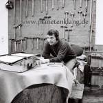 Paiste Werkstatt - Walter Meyer beim Hören der Aufnahme 1998